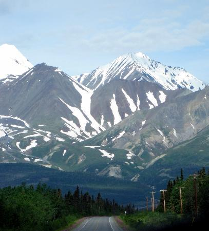 Highway north of Haines Junction - Alaska Highway