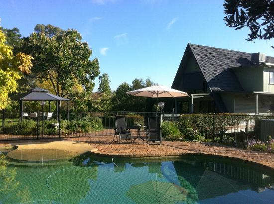 Carawah Ridge Bed and Breakfast: Relax in the Pool Garden