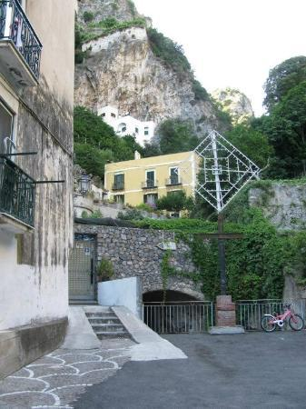Hotel L'Argine Fiorito, the yellow building.