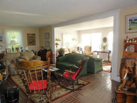 Acadia Oceanside Meadows Inn: Sitting room in the Captain's House