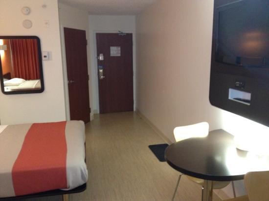 Motel 6 Kingston: room 407