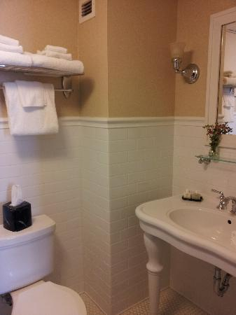 General Francis Marion Hotel: bathroom