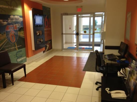 Motel 6 Kingston: lobby