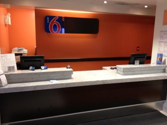 Motel 6 Kingston: front desk