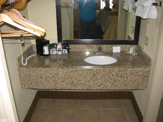 Quality Inn: sink outside of bathroom