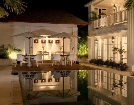 The Colony Hotel Bali: Pool Bar by the night