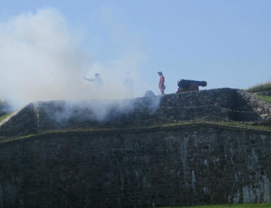 Louisbourg, Канада: Firing of the cannon
