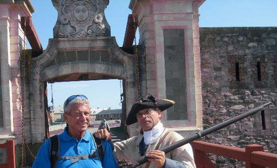 Le site historique national de la Forteresse de Louisbourg : A guard shows me how to hold a musket