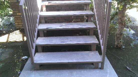 Ashlan Inn: Safety strip for stairs in bad condition. Very dangerous if these stairs get wet.