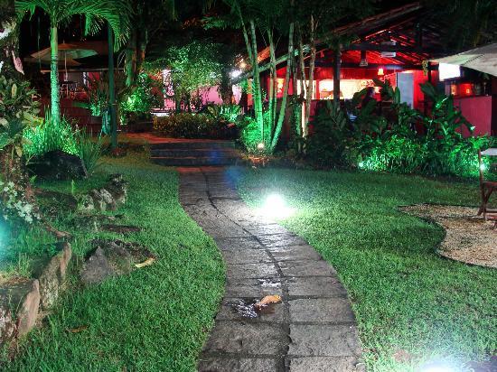 Pousada L'Auberge: Vista del patio y comedor a la noche