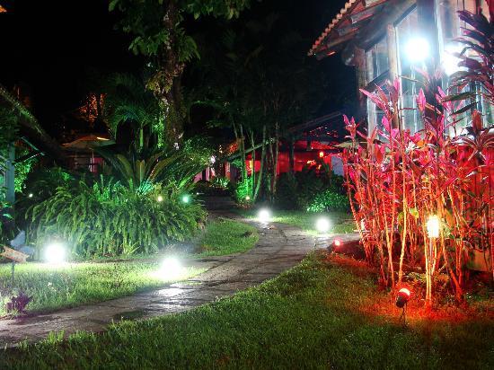 Pousada L'Auberge: Vista de los jardines