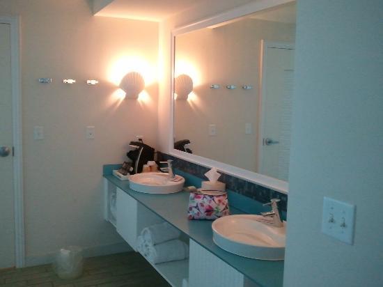 Margaritaville Beach Hotel: Nice double vanity