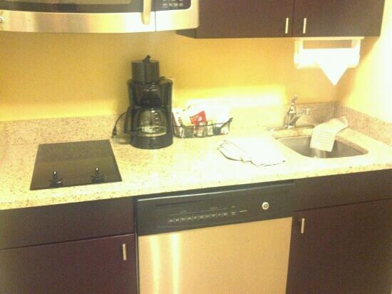 TownePlace Suites Albany Downtown / Medical Center: Kitchen area
