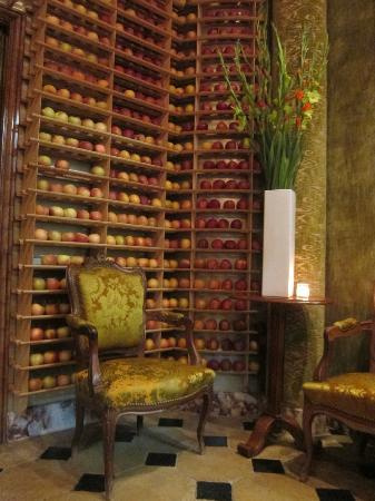 Bouley Restaurant: Amazing entrance with apples and aroma!