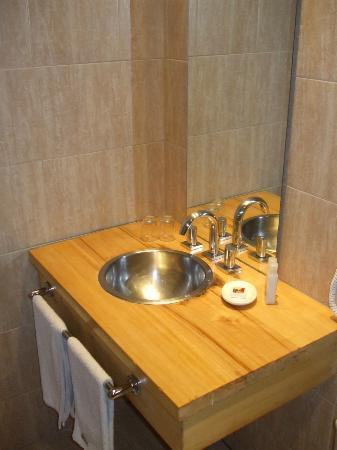 Monarca Hoteles: Pia do banheiro
