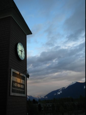Mount Currie + ClockTower Pemberton Gateway Village Suite Hotel