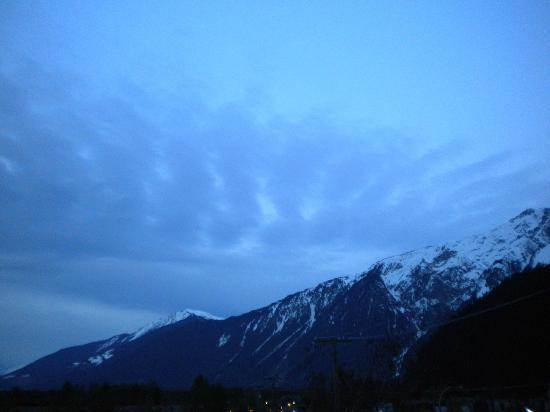 เพมเบอร์ตัน, แคนาดา: Alpen Glow Mount Currie pic taken from balcony of  Pemberton Gateway Village Suite Hotel