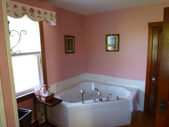 "Battlefield Bed and Breakfast Inn: The ""pink"" bathroom - Swan Cottage"