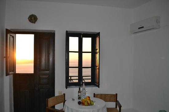 Santorini Reflexions Volcano: Sunset view from room and balcony