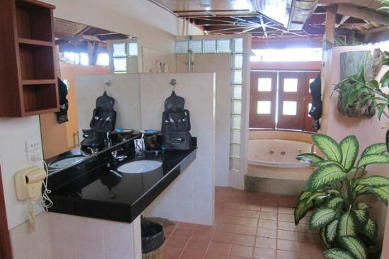 Friendship Beach Resort & Atmanjai Wellness Centre : Nice bathroom