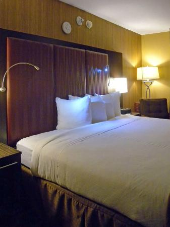 Holiday Inn Express Hotel & Suites: King bed, note extra lights