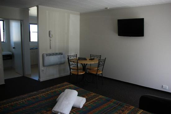 Cherylea Motel: 1 bedroom, king bed in lounge, 2 singles in bedroom.