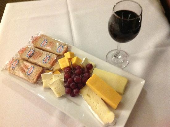 Hilton Garden Inn Montreal Airport : Cheese Platter for One
