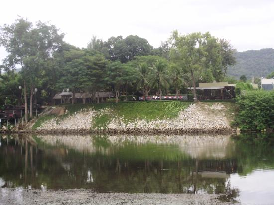 Inchantree Resort: Looking from the other side of the river Kwai to the Hotel