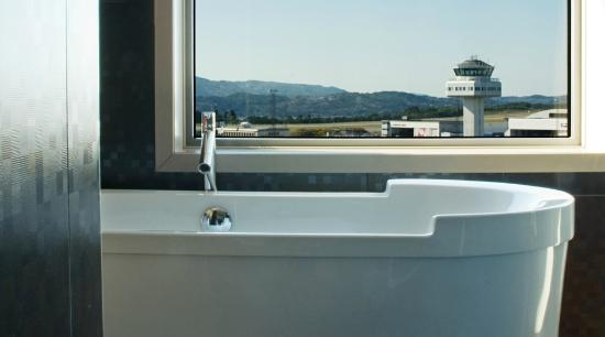 ‪‪Clarion Hotel Bergen Airport‬: Penthouse bathroom with view of the runway‬