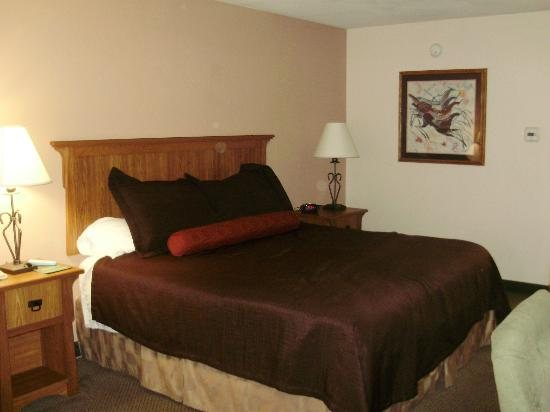 BEST WESTERN PLUS Saddleback Inn & Conference Center: Comfortable king bed