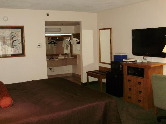 Best Western Plus Saddleback Inn & Conference Center: Great TV, fridge, micro, vanity area