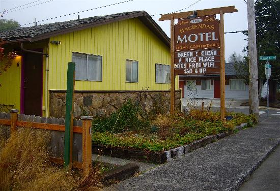 101 Haciendas Motel: Photo taken along main coastal Hwy 101