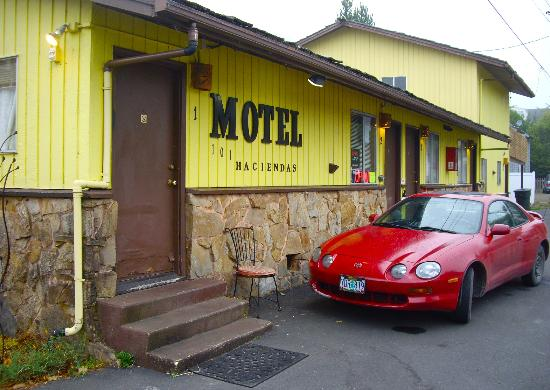 101 Haciendas Motel: Photo taken along side street at corner of Hwy 101