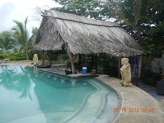 Popa Paradise Beach Resort: The swim-up bar