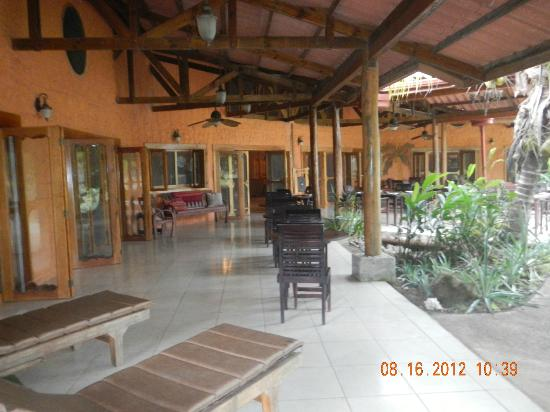 Popa Paradise Beach Resort: An year-round outdoor dining patio.