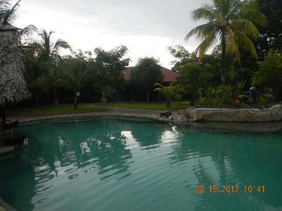 Popa Paradise Beach Resort: A quiet day at the pool