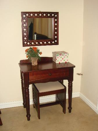 The Lazy Lizard: Dressing table...