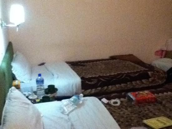 Backyard Hotel: habitación limpia! con buena iluminación y tv con cable