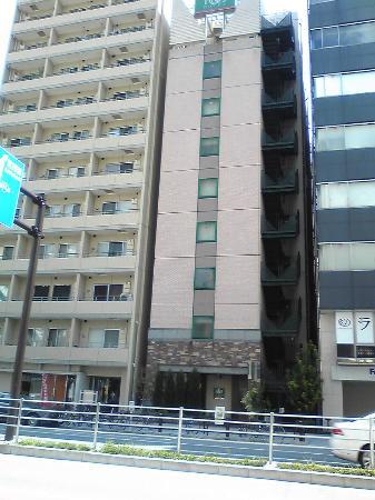 R&B Hotel Higashi Nihonbashi: ホテル遠景、あなぐら部屋である事が良く判る