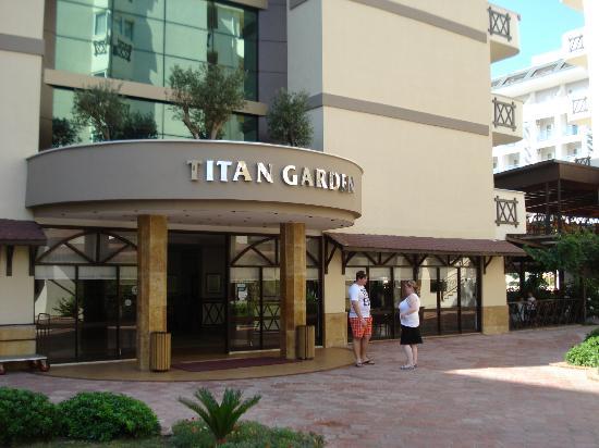 Titan Garden Hotel: Hoteleingang zur Lobby