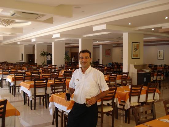 "Titan Garden Hotel: ""Lieblingskellner"" im Speisesaal"