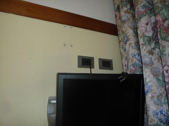 Golf Hotel Ca' Degli Ulivi: Holes in the wall