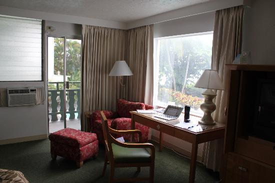 Uncle Billy's Hilo Bay Hotel: Corner room on second floor