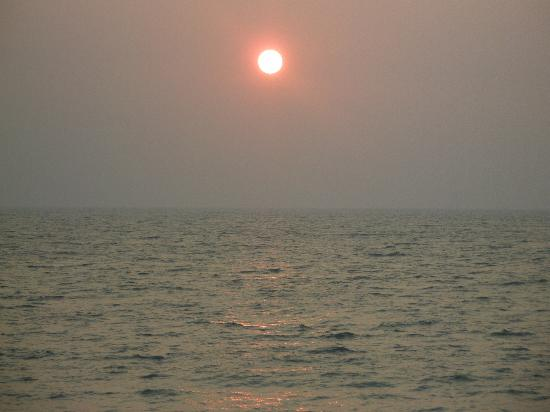 Alleppey Beach Resorts : Wonderful sunset on Arabial Sea as shot from the cottage portico itself