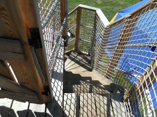 Camping Sandaya International de Maisons-Laffitte : Narrow steps up to the treehouse.