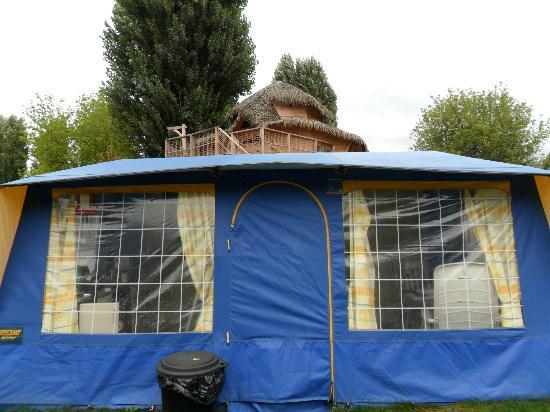 Camping Sandaya International de Maisons-Laffitte : Tent infront of treehouse.