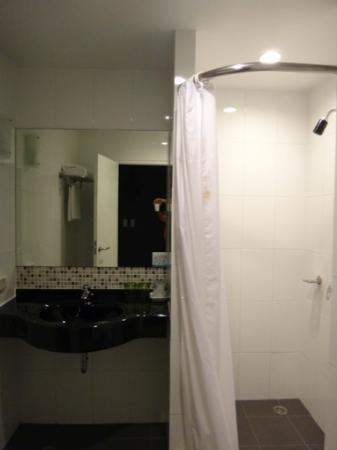 Simplitel Hotel: clean bathroom