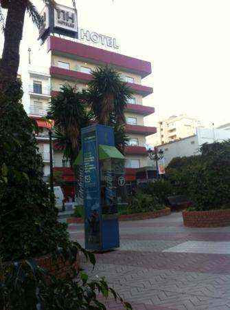 Hotel NH San Pedro de Alcántara: Hotel von der Seite