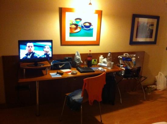Hotel NH San Pedro de Alcántara: Zimmer mit deutschem Tv und WLAN