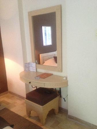 coiffeuse avec miroir dans la chambre photo de vincci flora park hammamet tripadvisor. Black Bedroom Furniture Sets. Home Design Ideas